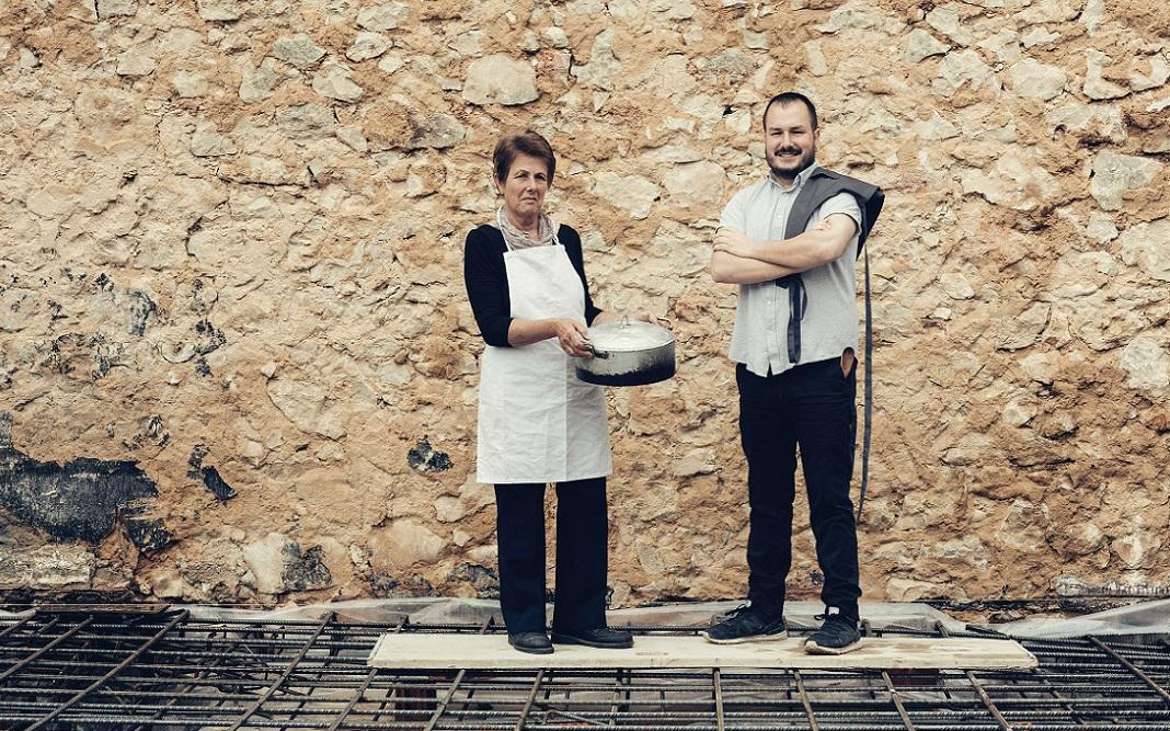 Josegina y Miguel, en Mare, su local en obras